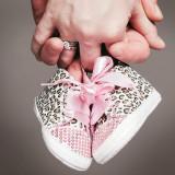 Fotoshoot zwangerschap met baby schoenen