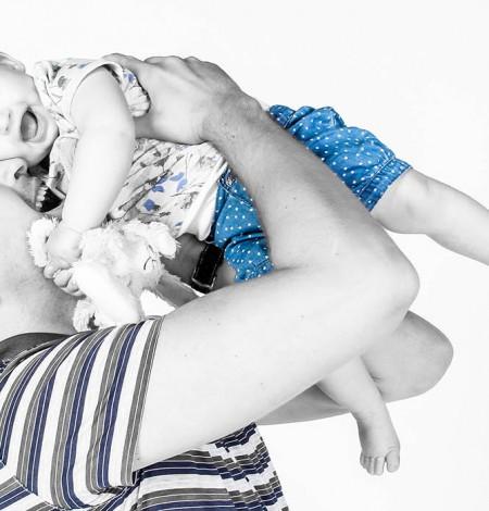 vader houdt baby omhoog fotoshoot shoots & More Breda