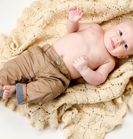 baby fotoshoot met op de grond liggende baby bij Shoots & More Den Haag