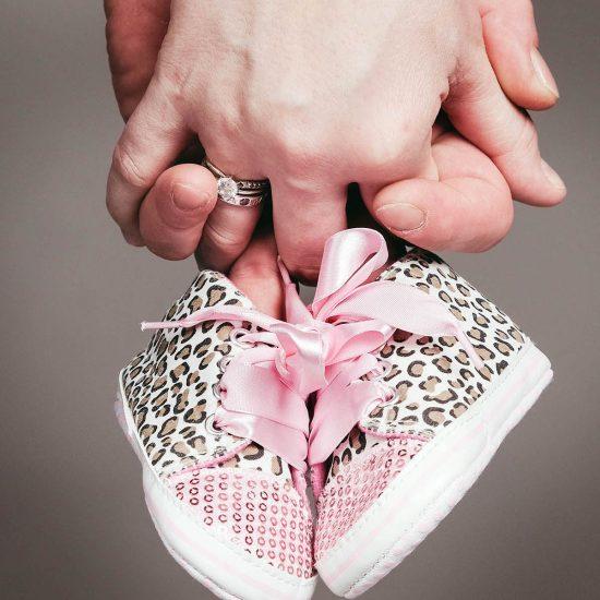 Kinderschoentjes tijdens zwangerschap fotoshoot