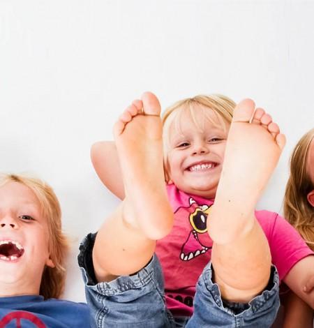 Kinder fotografie van vier kindjes op de grond bij Shoots & More Den Haag