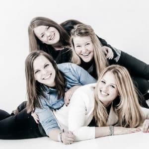 vier vriendinnen op de foto bij fotostudio Shoots & More